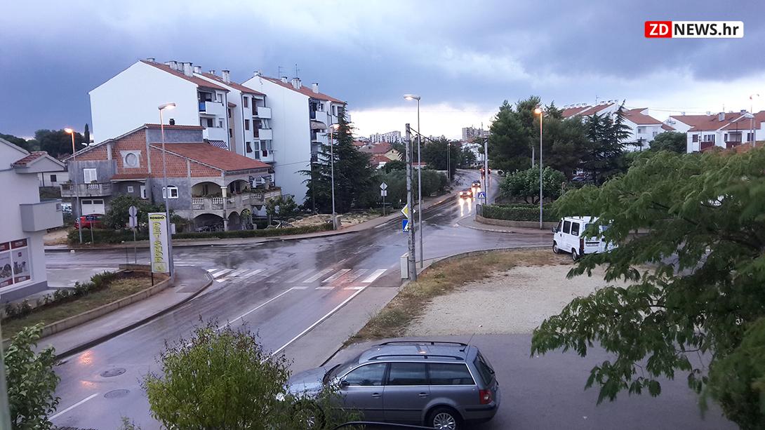 Photo of U ZADRU PALO 44 LITRE KIŠE Grom uništio meteo postaju na Silbi!