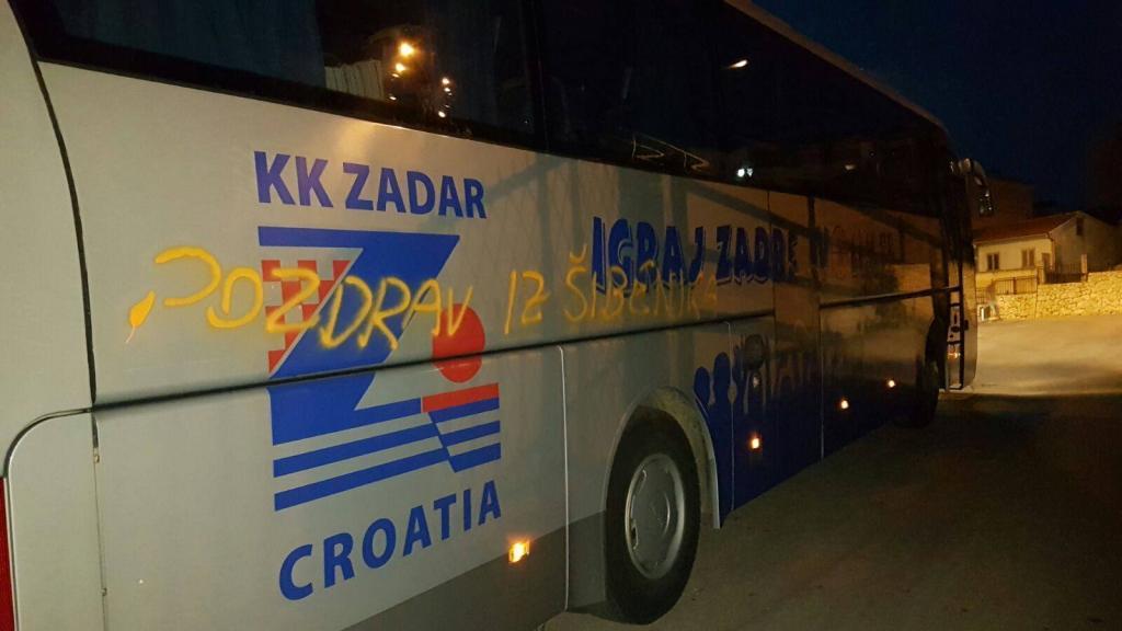 Photo of FOTO: Ovdje pogledajte kako je autobus KK Zadra u Šibeniku išaran natpisom Bežigrad