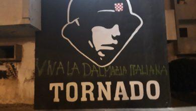 """Photo of Ispod grafita na kojemu se nalazi ustaški vojnik na Bulevaru nadopisane riječi """"Živjela talijanska Dalmacija"""""""