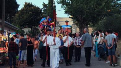 Photo of KOLUMNA BRANIMIRA ČAKIĆA – Na Veliku Gospu nasadili su pred crkvu štandove s puškama koje predstavljaju suštu suprotnost Kristovim učenjima